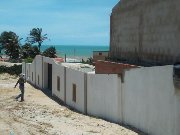 Construção embargada em Quixaba; para gerente de fiscalização, área vai precisar de esforço maior da equipe de fiscais (Foto: Divulgação/Semace)