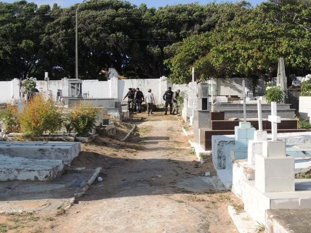 Perícia e PM estiveram no cemitério coletando informações (Foto: Gleitowney Miranda/Blog do Pessoa)