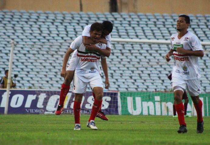 Júnior Xuxa, meia do River-PI, contra o América-RN  (Foto: Renan Morais )