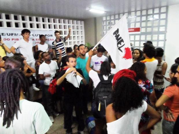Universitários dizem que só saírão do prédio depois de serem recebidos pela reitoria da UFMA (Foto: Divulgação/Tamires Morais)