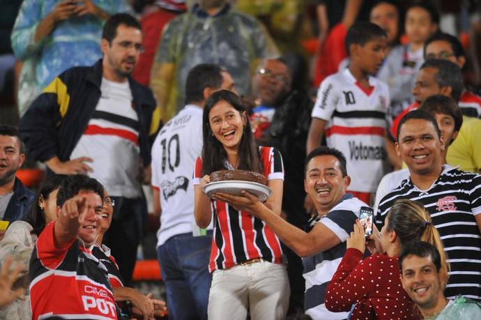 Torcedora comemora 15 anos no Arruda  (Foto: Aldo Carneiro (GloboEsporte.com/Pernambuco Press))