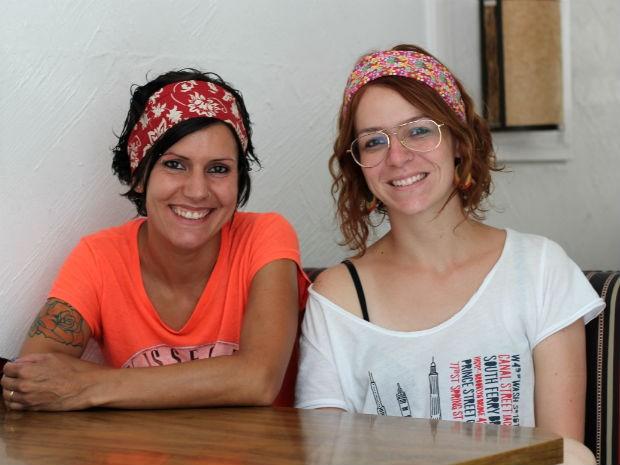 Andrea Benetti e Marília Freitas Rossi, feministas em Poços (MG).  (Foto: Jéssica Balbino/ G1)
