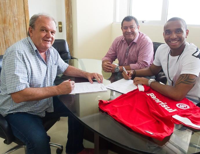 Anderson assina contrato com o Inter (Foto: Divulgação/Inter)