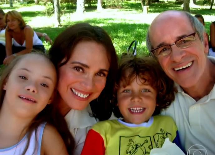 Regina Duarte e Marcos Caruso paparicam Gabriel Kaufmann e Joana Mocarzel em Páginas da Vida (Foto: Vídeo Show / TV Globo)