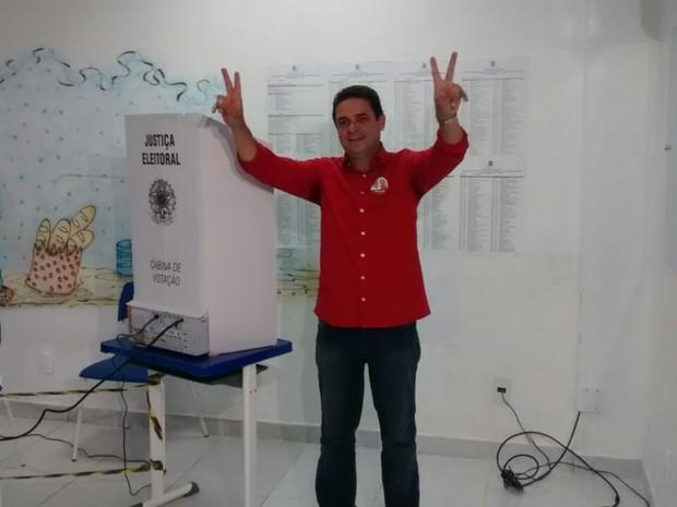 Candidato Professor Charliton vota em João Pessoa (Foto: André Resende/G1)