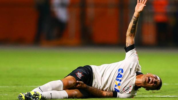 Paolo Guerrero machucado Corinthians (Foto: Wagner Carmo / Agência Estado)