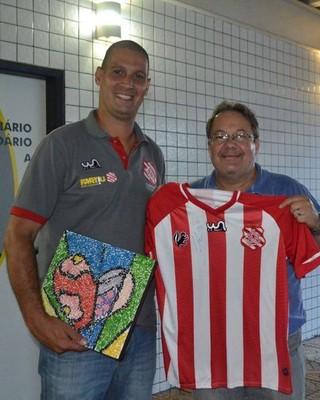 Eduardo Allax recebeu o mosaico doado pela Apae (Foto: Divulgação)
