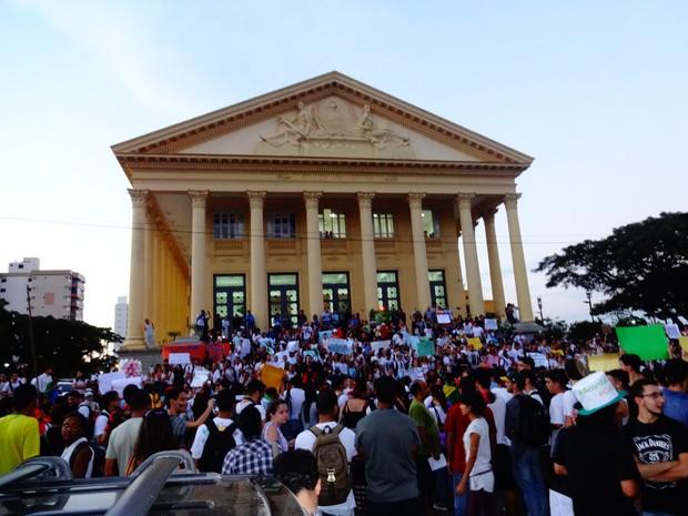 Manifestantes passaram pela Câmara de Vereadores de Campos, RJ (Foto: Priscilla Alves/ G1)