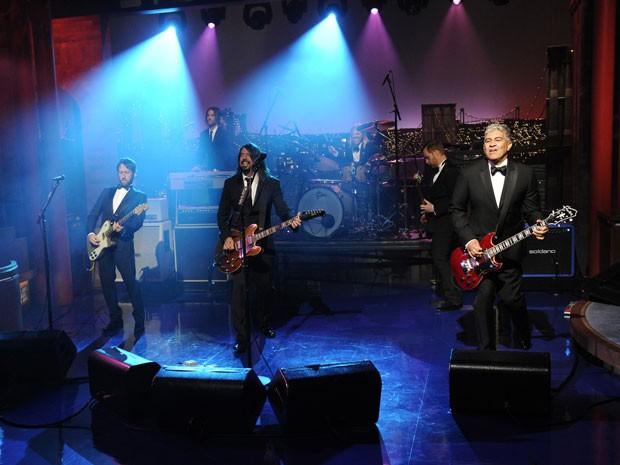 A banda Foo Fighters toca 'Everlong' no último programa de David Letterman nesta quarta-feira (20) (Foto: Jeffrey R. Staab/CBS/AP)