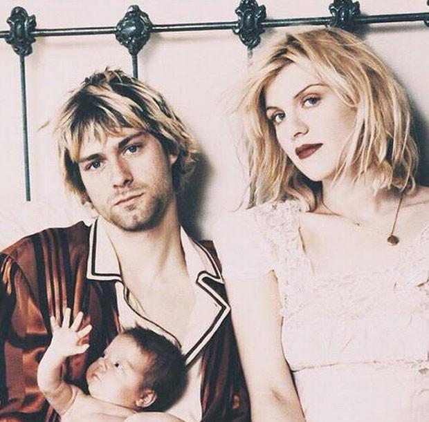 Courtney Love, em foto postada em seu Instagram, homenageia Kurt Cobain: 'Isso me faz sentir tão triste. Nossa bebê agora é uma adulta. Jesus, Kurt, olha o rosto dela, em que você estava pensando!?!? Deus, tenho saudade, todos nós temos #família #memórias (Foto: Reprodução/Instagram/courtneylove)