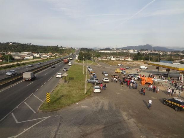 Aeronave fez pouso de emergência na BR-116, na Região de Curitiba, nesta sexta-feira (11) (Foto: Tony Mattoso / RPC TV)