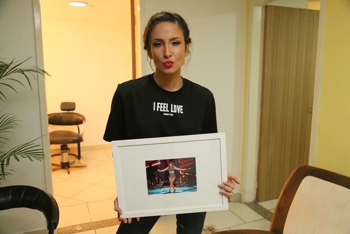 Claudia Leitte com quadro (Foto: Isabella Pinheiro/Gshow)