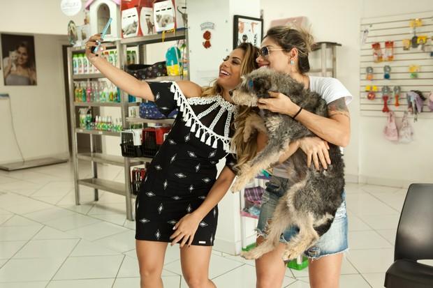 Lexa e Vanessa Mesquita fazendo selfie juntas (Foto: Divulgação / Adriana Barbosa)