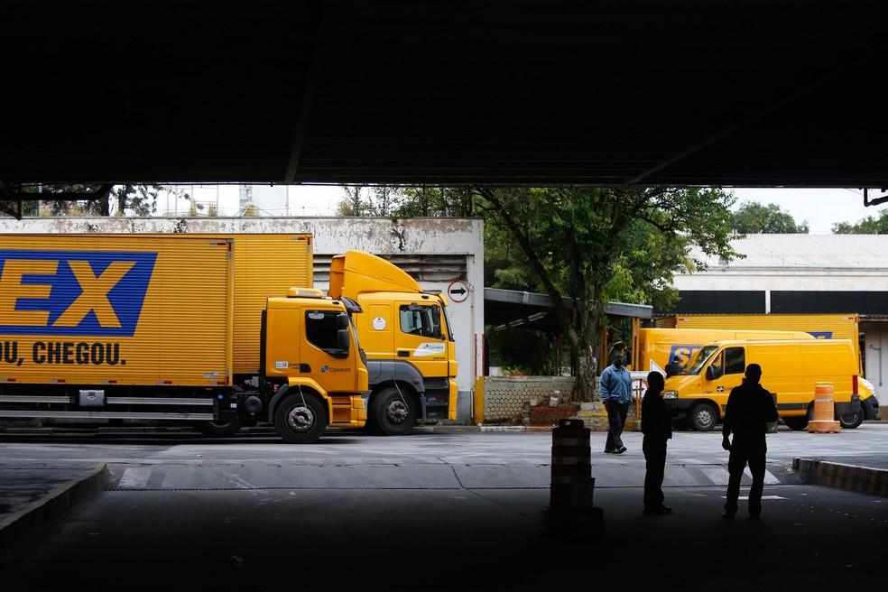 Caminhões e carros são vistos parados na agência central dos Correios na Vila Leopoldina, em São Paulo, no primeiro dia de paralisação (Foto: Marcos Bezerra/Futura Press/Estadão Conteúdo)
