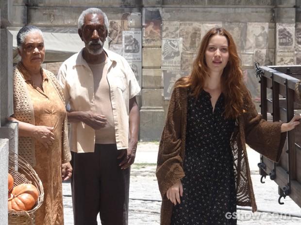 Desenhista fica emocionada, mas é impedida por Bibiana e Eufrásio de ir na direção deles (Foto: Joia Rara/TV Globo)