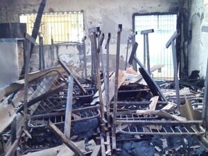 Móveis que estavam no local também foram destruídos pelo fogo (Foto: Lelo Bianchini / Prefeitura de Peruíbe)