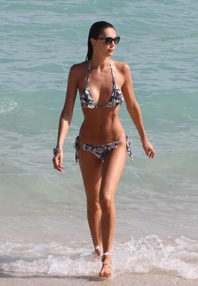 Top Julia Pereira em praia em Miami (Foto: AKM)