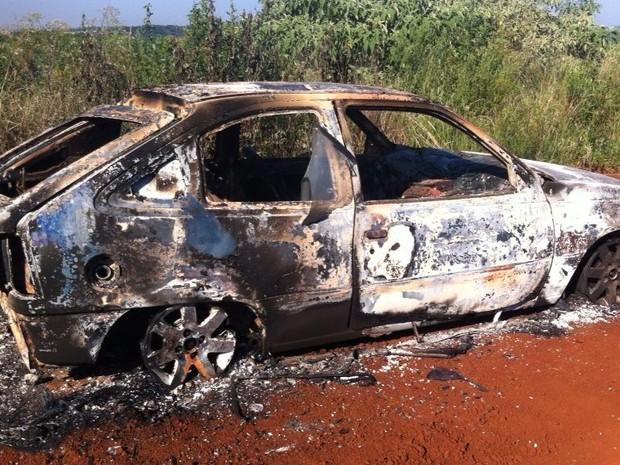 Kadett ficou completamente destruído pelas chamas, em Chapecó.  (Foto: J Biavatti/TV Box)