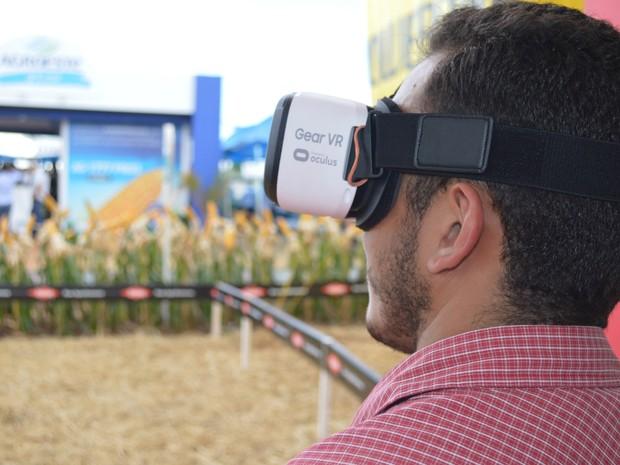 Com óculos 3D, público tinha a oportunidade de jogar em um simulador de lavoura na experiência de realidade virtual da  Dow Agrosciences (Foto: Anderson Viegas/G1 MS)