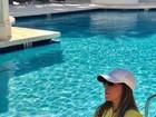 Zilu Camargo posta foto à beira da piscina e mostra pernas perfeitas
