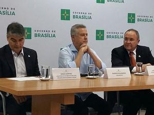 O governador Rodrigo Rollemberg entre o secretário da Casa Civil, Sérgio Sampaio (esquerda), e o adjunto da Fazenda, João Antônio Fleury (Foto: Isabella Calzolari/G1)