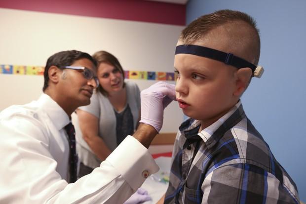Elijah Bell, de 8 anos, recebeu implantes de orelha feitos com cartilagem de sua costela (Foto: Akron Children's Hospital/Divulgação)