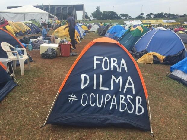 Barraca em frente ao Congresso Nacional tem mensagem contra a presidente Dilma (Foto: Jéssica Nascimento/G1)