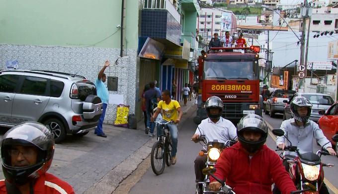 Troféu foi exibido pelas ruas de Três Corações no caminhão do Corpo de Bombeiros (Foto: Reprodução EPTV)