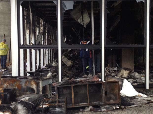 Peritos do IGP e bombeiros estiveram no prédio na tarde desta quarta (27) (Foto: Janine Limas/RBS TV)