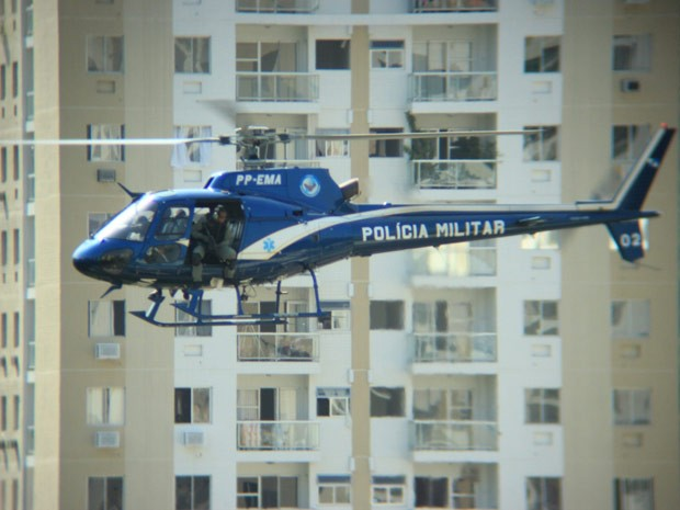 Um helicóptero faz buscas na região da Estrada dos Bandeirantes (Foto: Cláudia Zilves Motta de Souza/VC no G1)