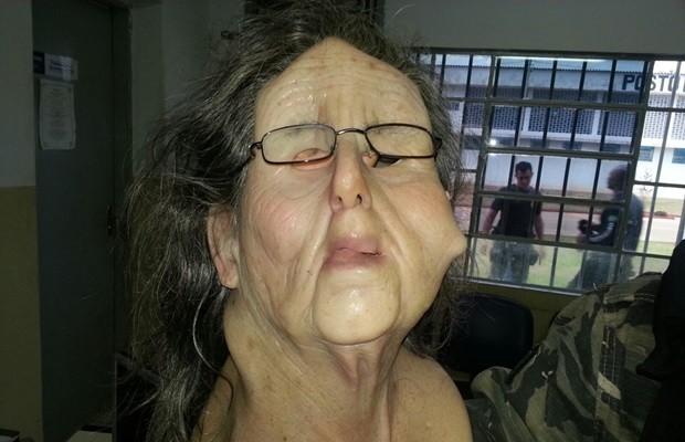 Detento tentou fugir com máscara de mulher idosa, mas foi impedido, em Goiás (Foto: Reprodução/TV Anhanguera)