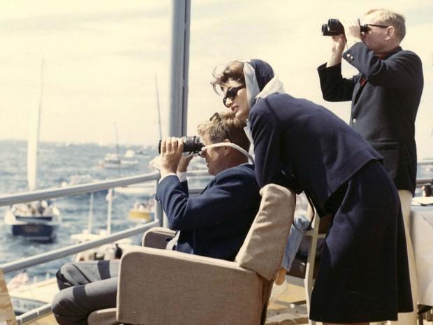 John F. Kennedy e Jackie Kennedy assistem competição de barcos a bordo do USS Joseph P. Kennedy Jr., em Rhode Island, em 15 de setembro de 1962. (Foto: Robert Knudsen/The White House/John F. Kennedy Presidential Library/Reuters)