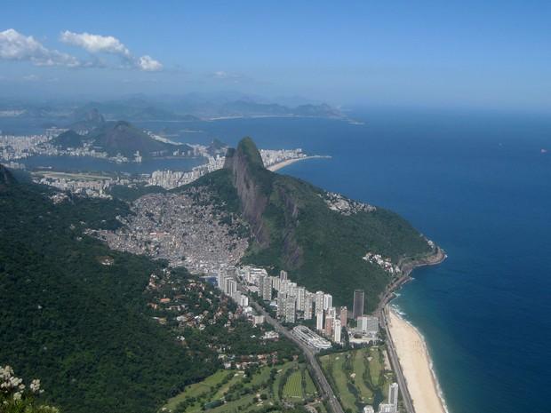 PEDRA DA GÁVEA - Do alto dos 847m de altura se vê toda a orla do Rio de Janeiro, entre a Zona Sul e a Zona Oeste. Do topo da pedra é possível acompanhar, também, os saltos dos praticantes de voo livre que saltam da Pedra Bonita. (Foto: José Raphael Berrêdo/G1)