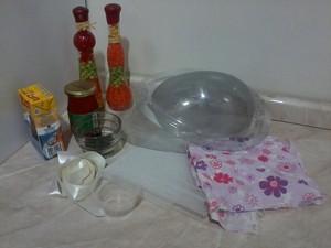 Esses são os materiais usados na produção dos ovos de chocolate (Foto: Rafaela Viloça/Arquivo Pessoal)