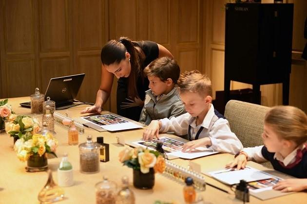 Crianças criam seus próprios perfumes em Paris na Maison Guerlain.