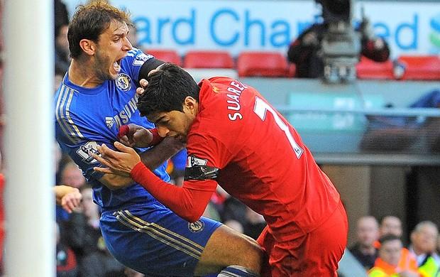 Suarez Ivanovic jogo Liverpool Chelsea (Foto: AFP)