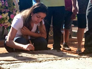 Amigos prestam homenagens ás vítimas (Foto: Alan Schneider/G1)
