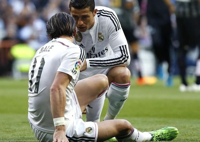 Cristiano Ronaldo conversa com Bale; galês deixou o gramado por causa de lesão (Foto: EFE)