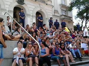 Servidores se reúnem nas escadarias do Paço Municipal de Santos (Foto: Rodrigo Nardelli)