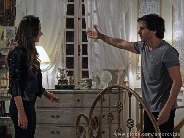 Thales conta para Leila que viu Nicole, mas a vigarista não acredita no escritor (Foto: Amor à Vida/TV Globo)