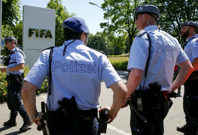 Polícia na porta da Fifa - um dia após saída de Blatter (Foto: Reuters)