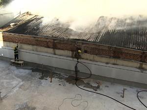 Bombeiros combatem incêndio em supermercado do bairro Serra, em Belo Horizonte. (Foto: Reprodução/TV Globo)