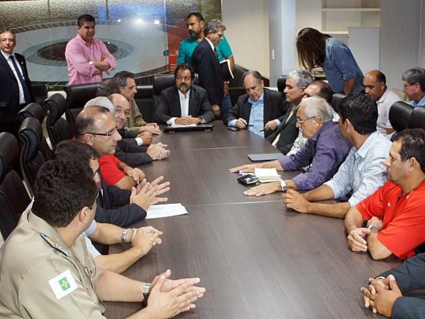 Governador Agnelo Queiroz (PT) reunido com a cúpula de segurança do DF, parlamentares e líderes de associações da PM e Bombeiros. (Foto: Ricardo Moreira / G1)