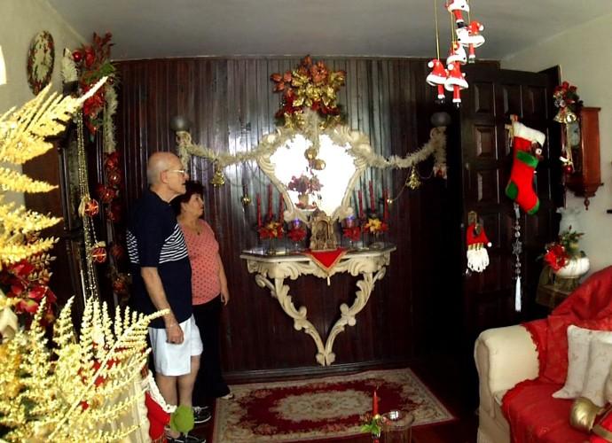 Tresa Freitas conheceu uma família que acredita que a decoração natalina faz a vida ficar mais feliz (Foto: Reprodução/ Rio Sul Revista)