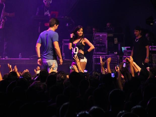 Anitta dança com fã em show em Brasília (Foto: Rômulo Juracy/ Divulgação)