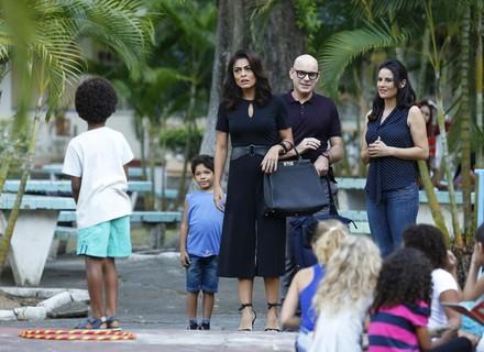 Carol visita orfanato e conhece Gabriel