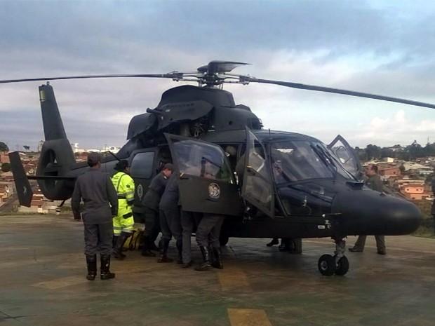 Uma das vítimas foi transferida de helicóptero para o Hospital São Sebastião em Três Corações (Foto: Corpo de Bombeiros)