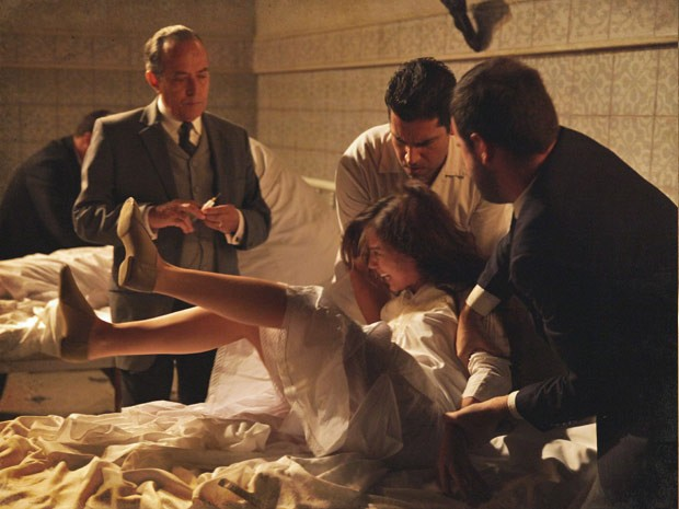 Laura é dominada pelos enfermeiros (Foto: Lado a Lado / TV Globo)