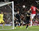 """Ídolo inglês, Owen critica Ibrahimovic no United: """"Fica esperando a bola"""""""