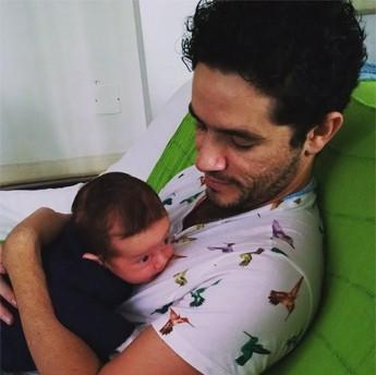 O caçula de Vinícius de Oliveira tem apenas quatro meses (Foto: Reprodução)